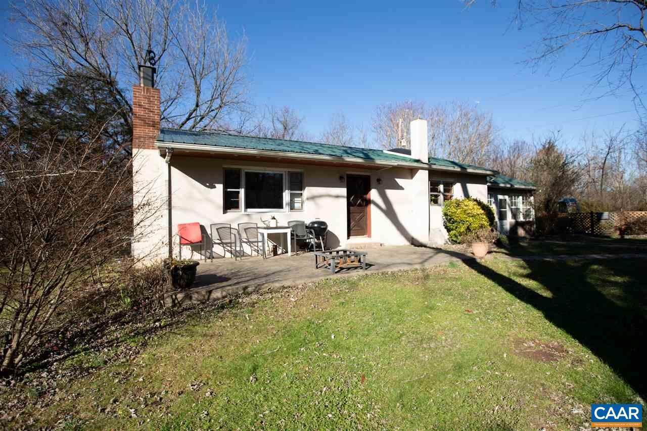 Single Family Homes 为 销售 在 1037 OLD CURDSVILLE Road Dillwyn, 弗吉尼亚州 23936 美国