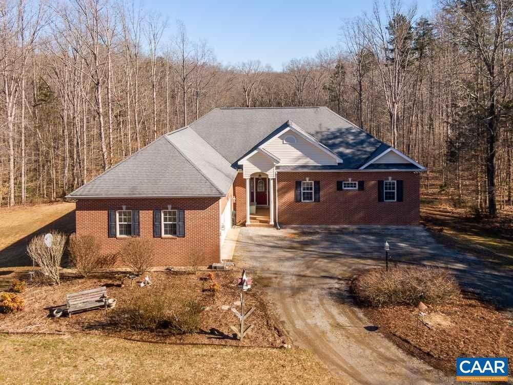 Single Family Homes pour l Vente à 1292 WARBONNET Trail Mineral, Virginia 23117 États-Unis