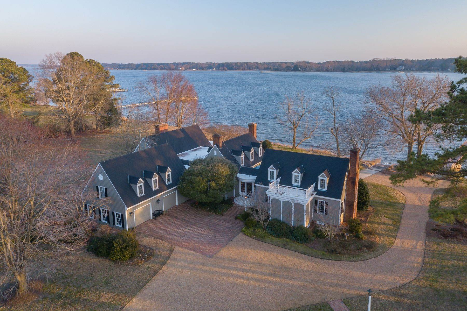 Single Family Homes pour l Vente à Riverview 103 Cradle Point Ln North, Virginia 23128 États-Unis